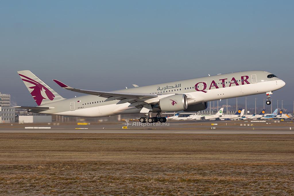 A Qatar Airways egyik Airbus A350-ese. Nagy kitérőkre kényszerül a légitársaság a légtérzárak miatt. (Fotó: AIRportal.hu) | © AIRportal.hu