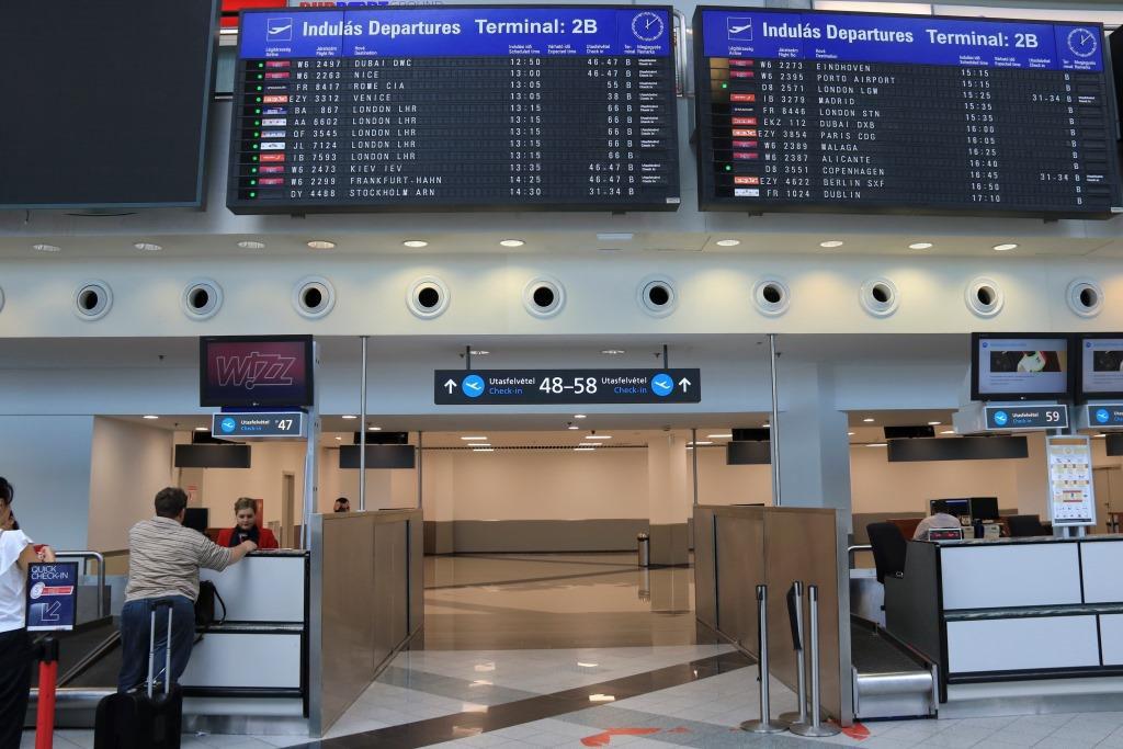 Átjáró az új check-in pultokhoz. (Fotó: Budapest Airport) | © AIRportal.hu