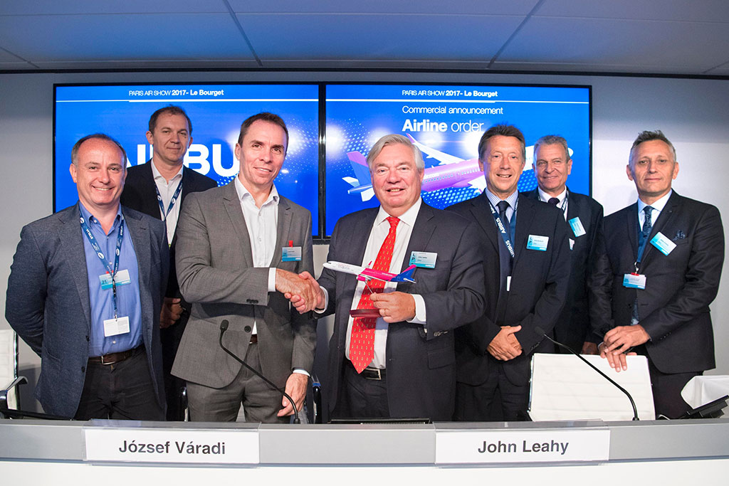 Váradi József Wizz-vezérigazgató és John Leahy az Airbus értékesítési elnökhelyettese az aláírást követően. (Fotó: Airbus)   © AIRportal.hu