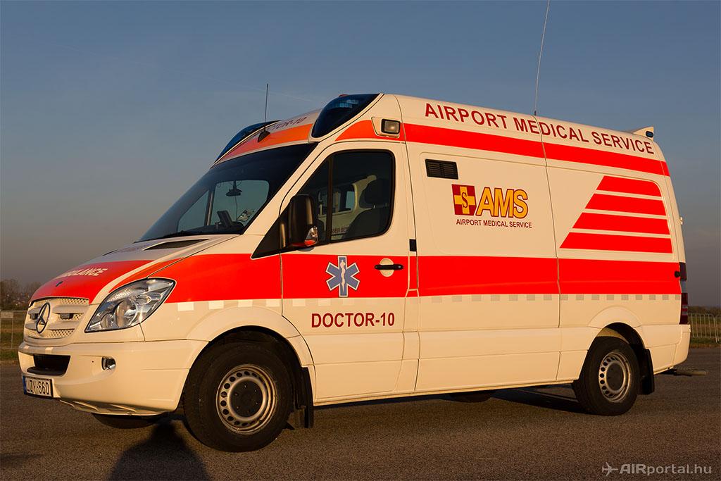 Az AMS repülőtéri egészségügyi szolgálat mentőgépkocsija. (Fotó: AIRportal.hu) | © AIRportal.hu