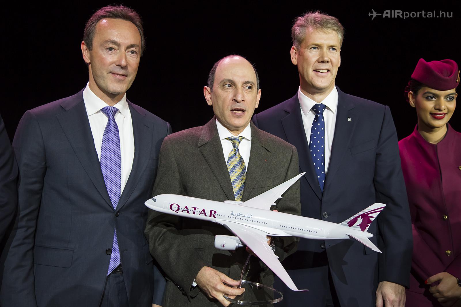 Akbar Al Baker, a Qatar Airways vezérigazgatója (középen) a légitársaság első A350-esének átvételekor, az Airbus és a Rolls Royce vezetőivel. (Fotó: AIRportal.hu) | © AIRportal.hu