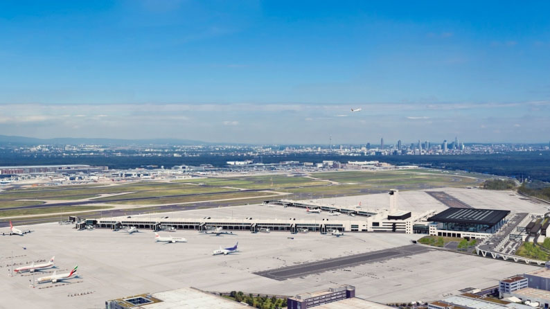 A 3-as terminálnál előbb elkészülő G szatelit a kép jobb oldalán, a fekete aszfaltcsík helyén lesz (Grafika: Fraport) | © AIRportal.hu