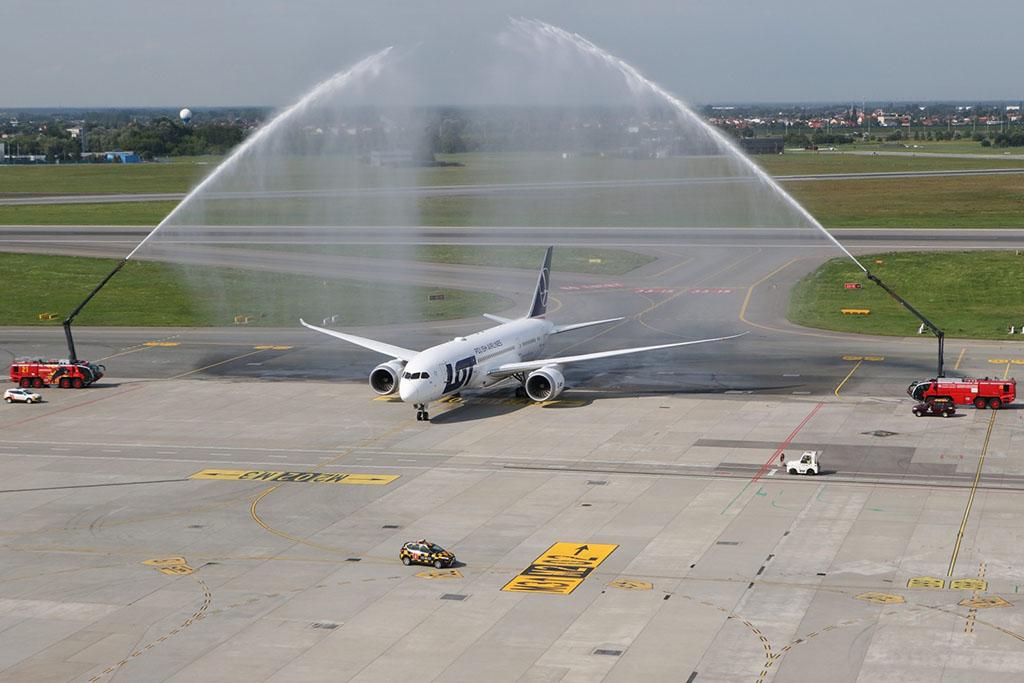 A nyolcadik Dreamliner köszöntése Varsóban (Forrás: LOT) | © AIRportal.hu