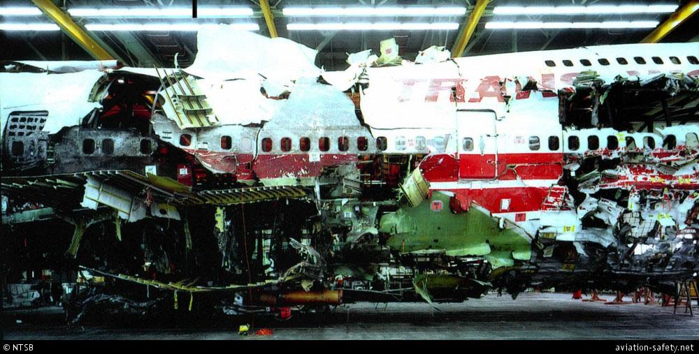 Az összegyűjtött roncsokat egy hangárban állították össze az NTSB szakemberei. (FOrrás NTSB/ASN)   © AIRportal.hu