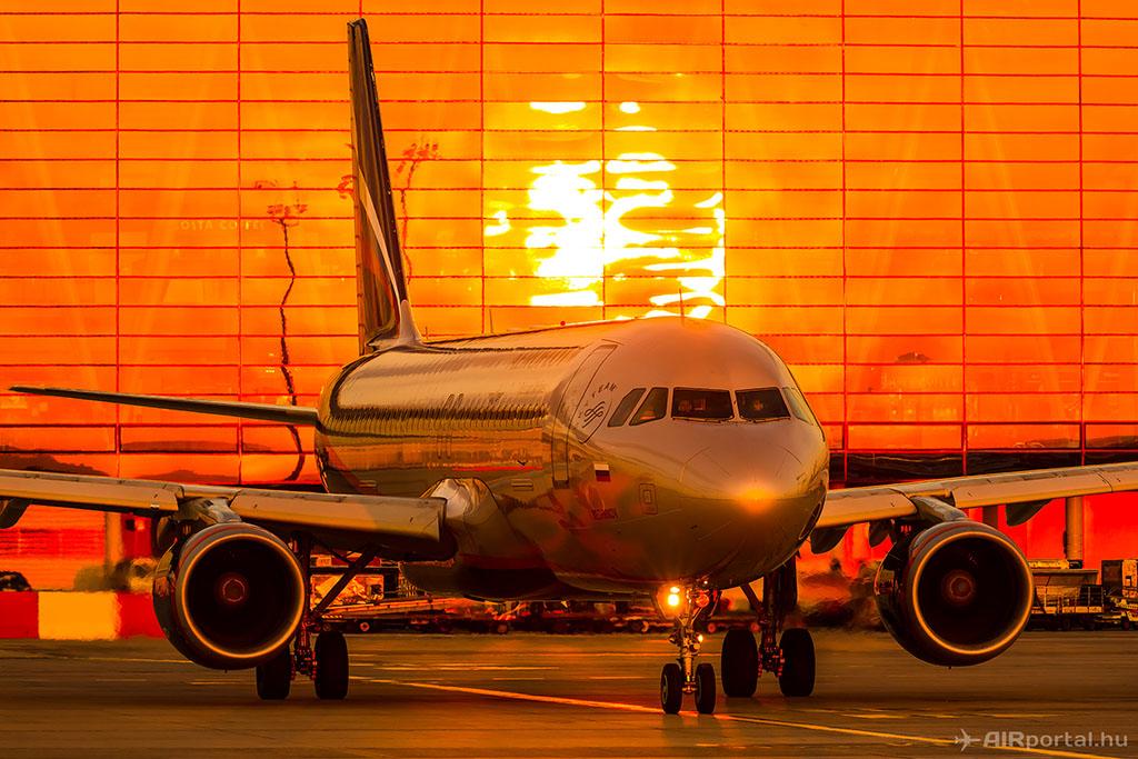 Egy Airbus A320-as repülőgép a SkyCourt előtt. (Fotó: AIRportal.hu) | © AIRportal.hu
